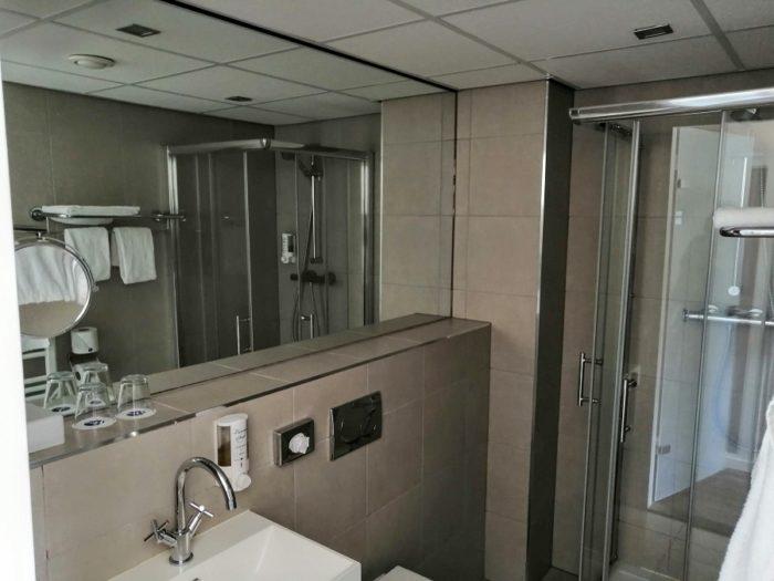 Badezimmer im Fletcher Zuiderduin Beachhotel