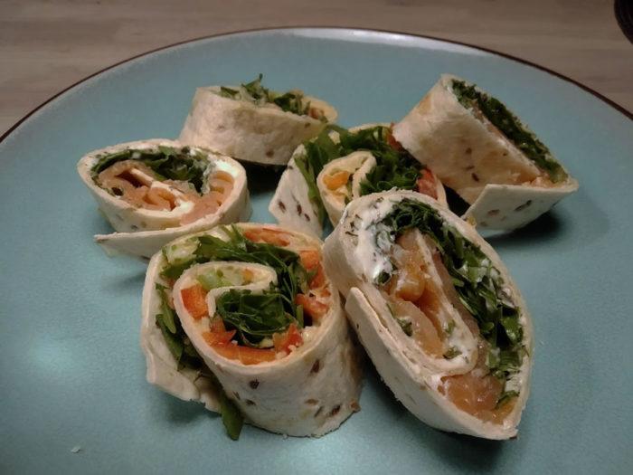 Wraps mit Füllung aus Lachs und Frischkäse oder Avocado und Hummus